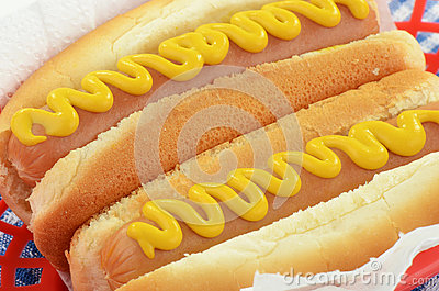 Hot-dogs avec de la moutarde