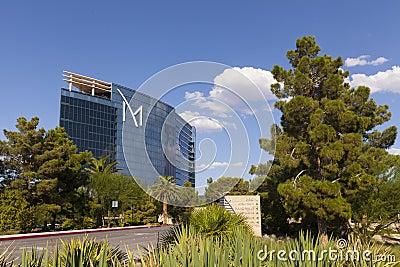 Hotel turístico de M con los cielos soleados, azules en Las Vegas, nanovoltio en agosto Foto de archivo editorial