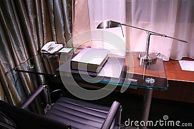Hotelschreibtisch und Leselampe