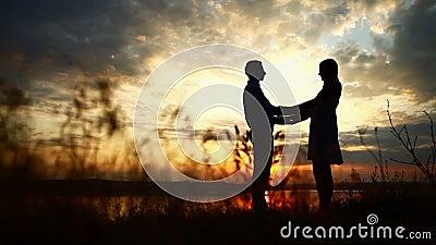 Houdend van paar bij zonsondergang