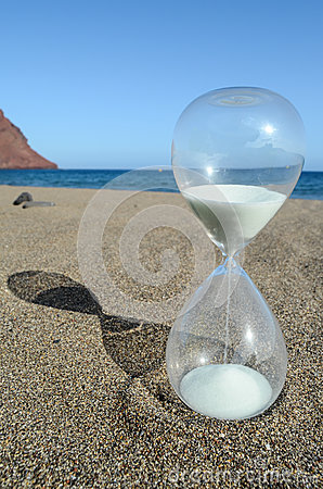Free Hourglass On A Beach Royalty Free Stock Image - 43851326