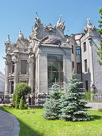 The house with chimeras side view