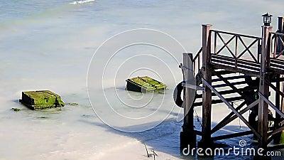 Houten brug op het strand van het witte zand stock footage