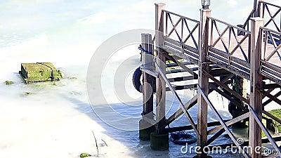 Houten brug op het strand van het witte zand stock video