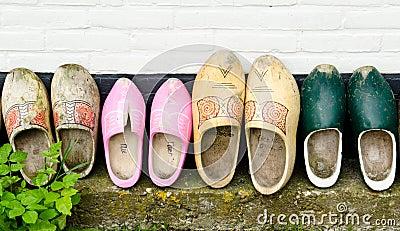 Houten schoenen tegen een muur
