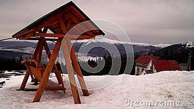 Houten schommeling met dak op de bovenkant van berg swinging stock video