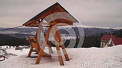 Houten schommeling met dak op de bovenkant van berg swinging stock videobeelden