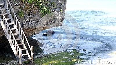 Houten trap naar het strand stock footage
