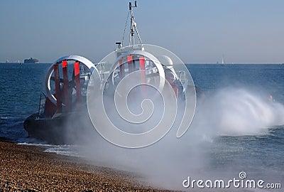 Hovercraft die het overzees ingaat