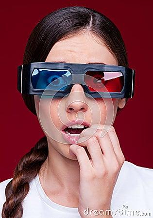 Häpen kvinna i stereo- exponeringsglas