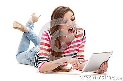 Häpen kvinna med den digitala minnestavlan