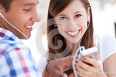 Hörende Musik der jungen Paare zusammen