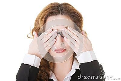 Härlig affärskvinna som täcker henne ögon.