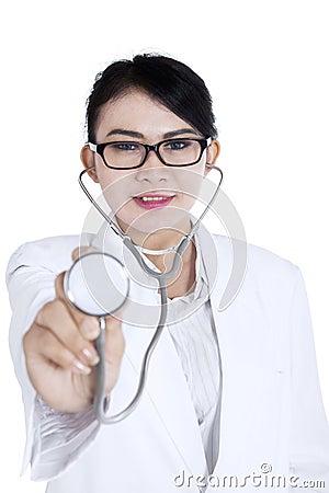 Härlig doktor med stetoskopet på vit