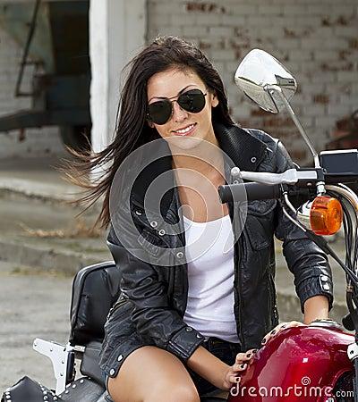 Härlig flicka på en motorcykel