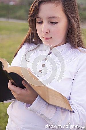 Härlig flicka som läser den heliga bibeln