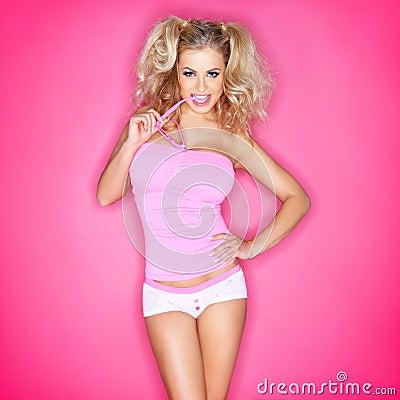 Härlig kvinna i rosa exponeringsglas