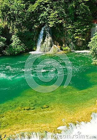 Härlig skogvattenfall