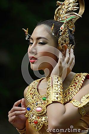 Härlig thailändsk dam i thailändsk traditionell dramaklänning