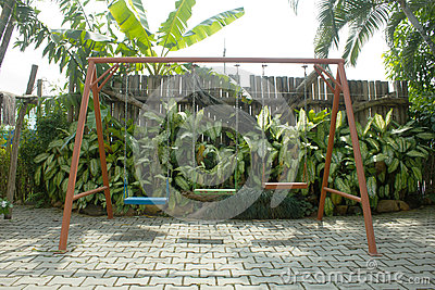 Huśtawka w zielonym ogródzie
