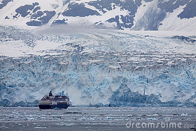 Hubbard Glacier - a cruise ship approaches