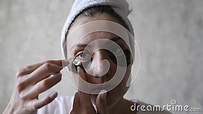 Hudvård - ta bort plåstret under ögat, efter ett lyftförfarande Begreppet skönhet och hälsa vacker kvinna arkivfilmer