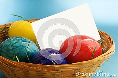Huevos de Pascua con la etiqueta