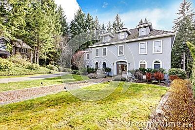 Huis buiten van groot grijs klassiek huis met pijnboombomen stock foto 39 s afbeelding 28393543 - Huis van kind buiten ...