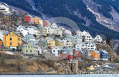 Huis door de fjord odda noorwegen royalty vrije stock foto afbeelding 30446305 - Huis van de wereld fjord ...