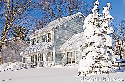 Huis en boom na sneeuwstorm