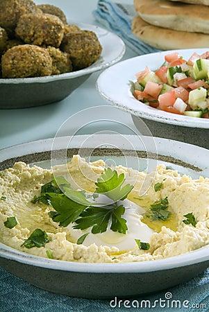 Hummus falafel en Arabische salade