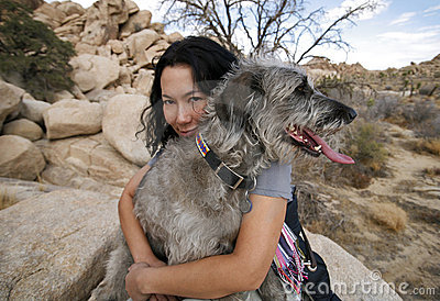 Hund som 2 omfamnar flickan henne