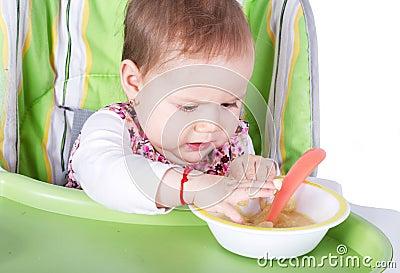 Hungrigt behandla som ett barn flickan