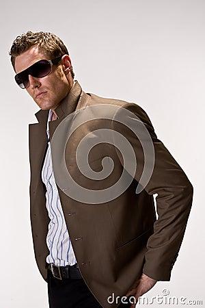 Hunk freddo con gli occhiali da sole