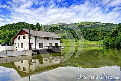 Hus på sjön