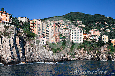 Häuser gebaut auf den Felsen, die Meer überhängen