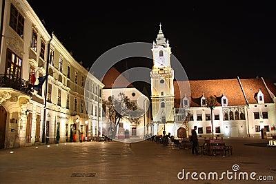 Huvudsaklig fyrkant i Bratislava (Slovakien) på natten Redaktionell Bild