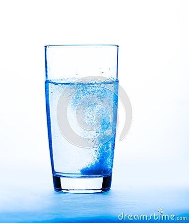 Huvudvärkstablett i ett exponeringsglas