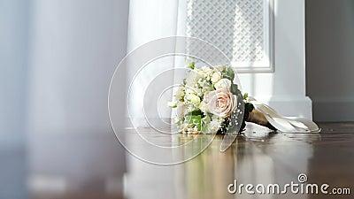Huwelijks Bruids Boeket dichtbij het Venster stock videobeelden