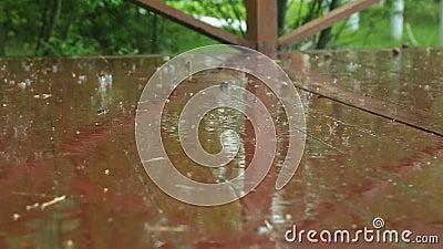 Huwelijksboog voor het huwelijk van de jonggehuwden in het park die op de viering in de regen wachten stock videobeelden