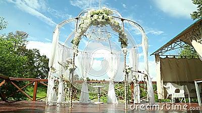 Huwelijksboog voor huwelijk van jonggehuwden in het park stock videobeelden