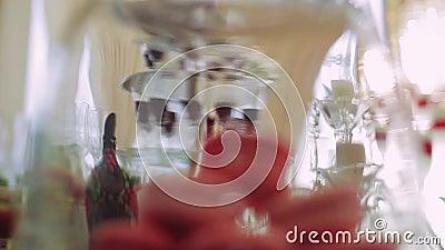 Huwelijkscake voor viering Cupcakes op tribune stock footage