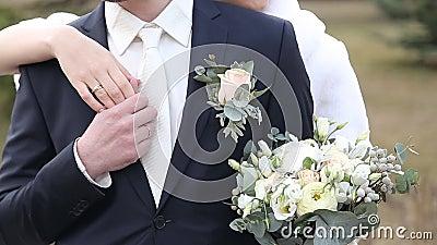 Huwelijkspaar, mooie jonge bruid en bruidegom die zich in een park bevinden stock footage