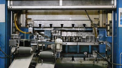 Hydraulic cutting press in the process  Automated, metal