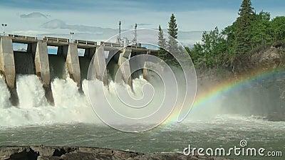 Hydroelektrische Energie-Verdammung mit mittlerem Schuss des Regenbogens stock footage