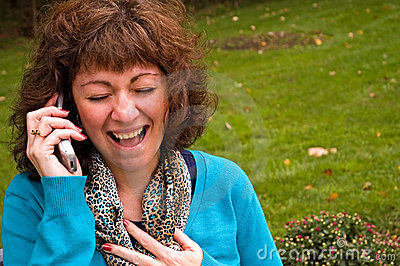 Hysterische Frau auf Mobiltelefon