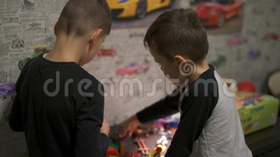I bambini sono un progettista Un gioco di due fratelli nella stanza video d archivio