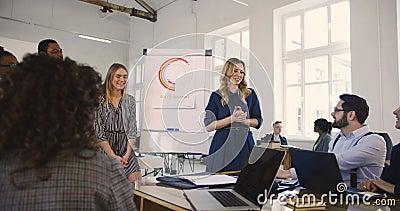 I giovani felici hanno avvertito le vendite femminili preparano l'addestramento principale di seminario di finanza con la gente m video d archivio