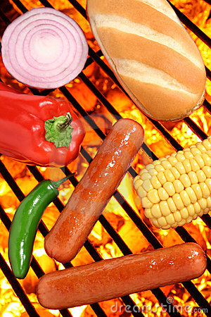 I hot dog, il panino ed i veggies sul barbecue cuociono