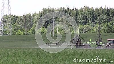 I prodotti chimici dello spruzzo del trattore per la pianta coltivata proteggono dal parassita dell'erbaccia archivi video
